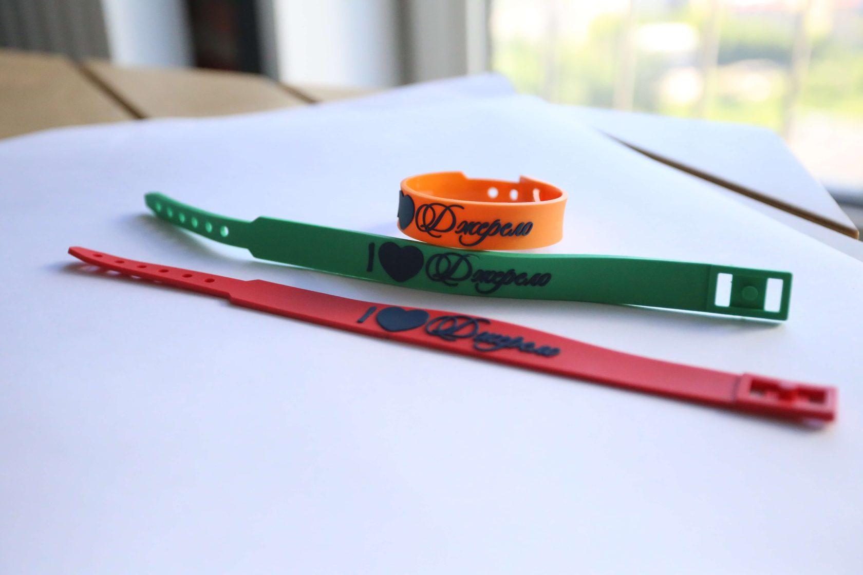 заказать силиконовый браслет с надписью