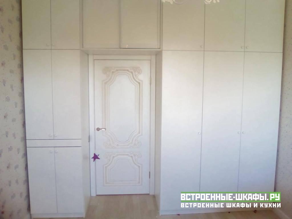Встроенный шкаф на заказ вокруг дверного проема