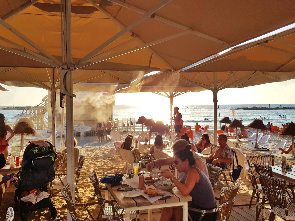 На пляже Гордон. Тель-Авив. Рестораны. Израиль.