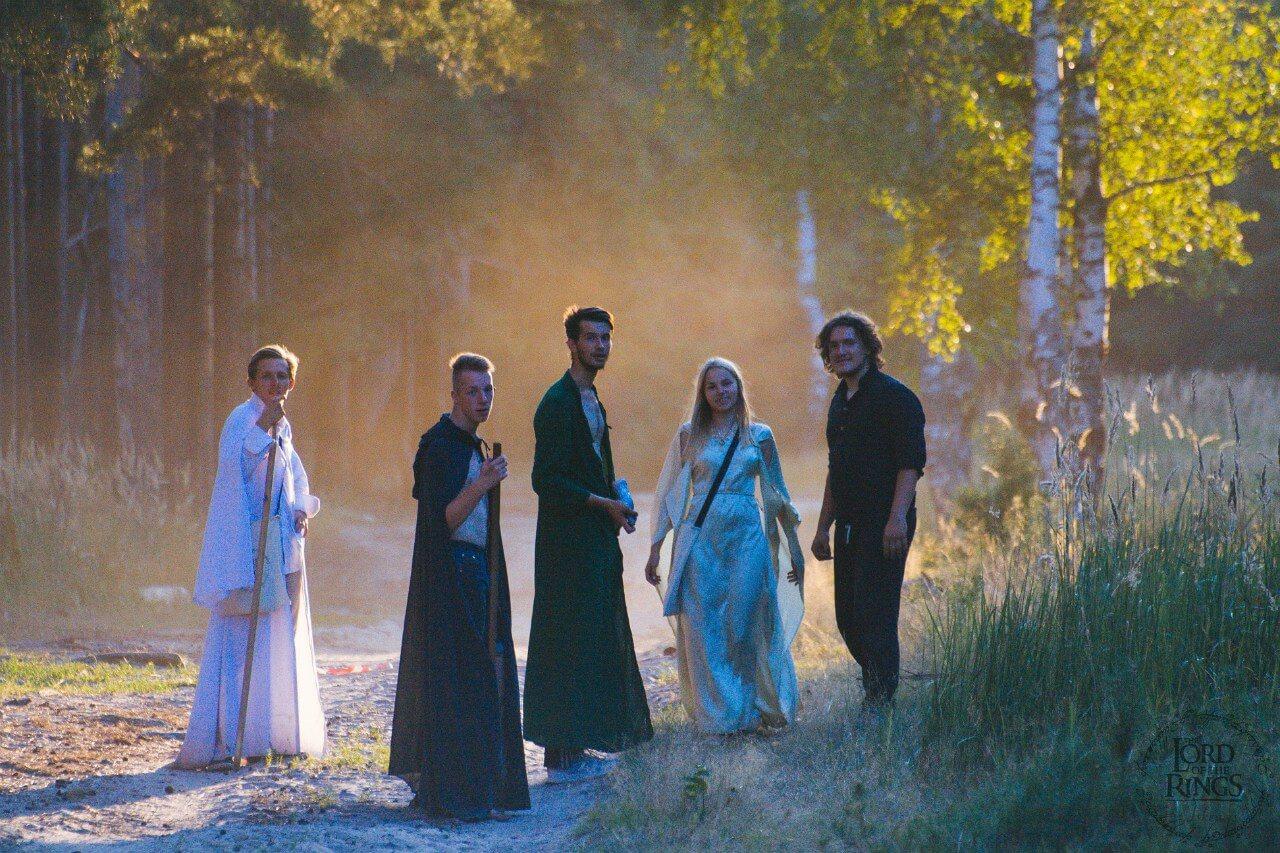 участники в костюмах в лесу