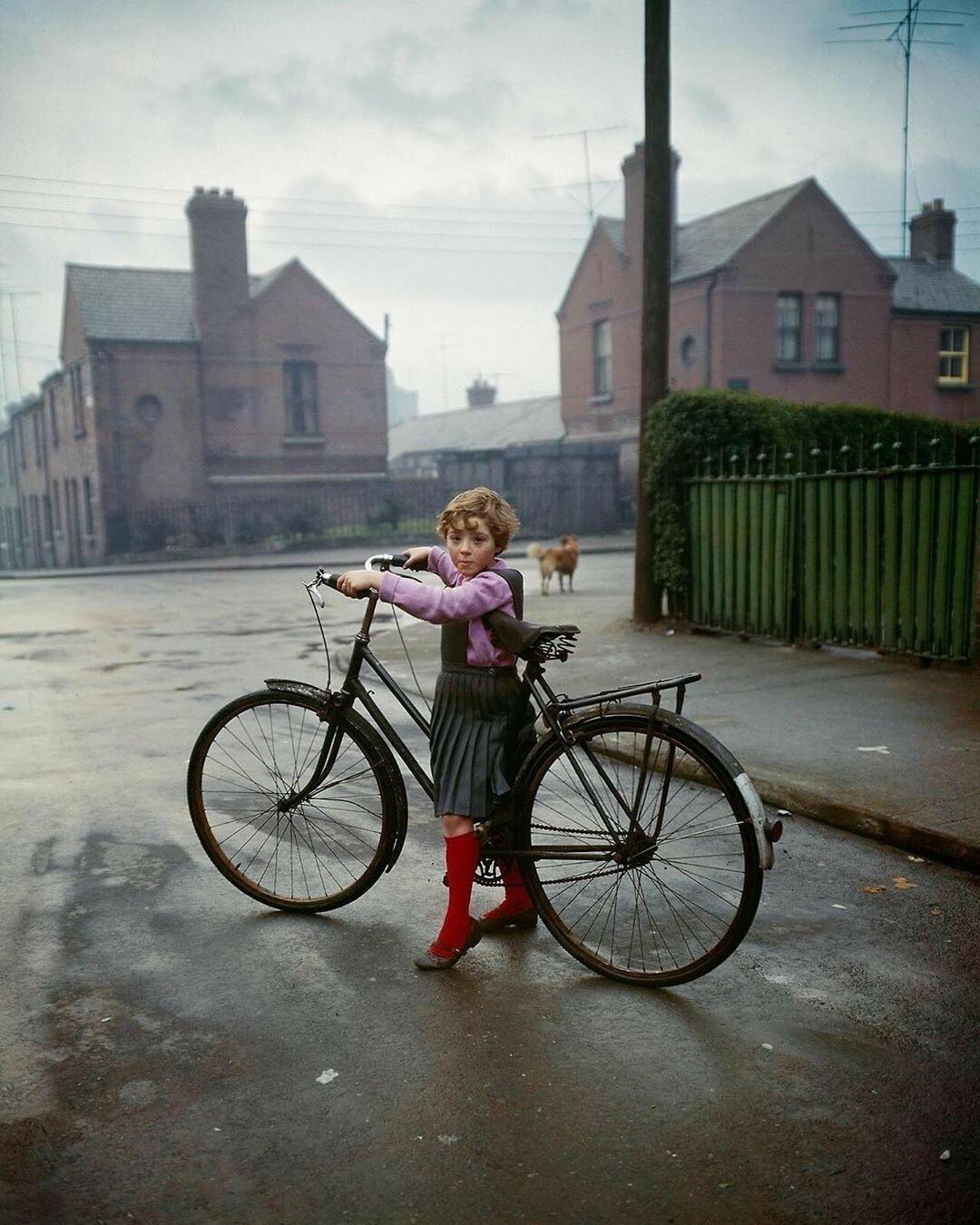 Девочка с велосипедом, Дублин, 1966. Фотограф Эвелин Хофер