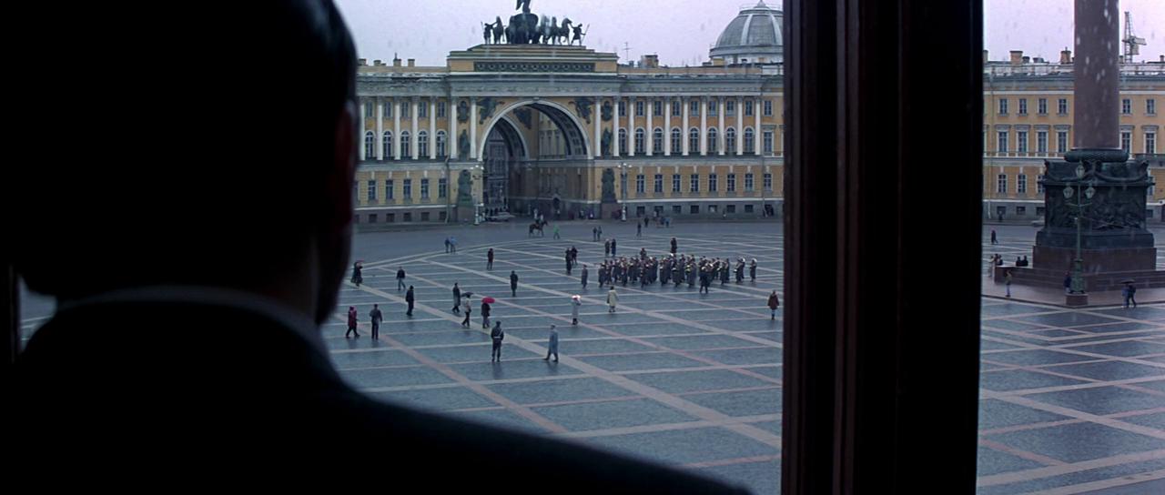 Сцены в Петербурге начинаются с заседания Минобороны. В «роли» министерства – здание Зимнего дворца: именно оттуда на Дворцовую площадь смотрит министр обороны Мишкин (актёр Чеки Карио).