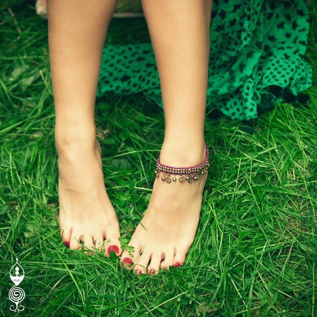piedi nudi di donna sull'erba