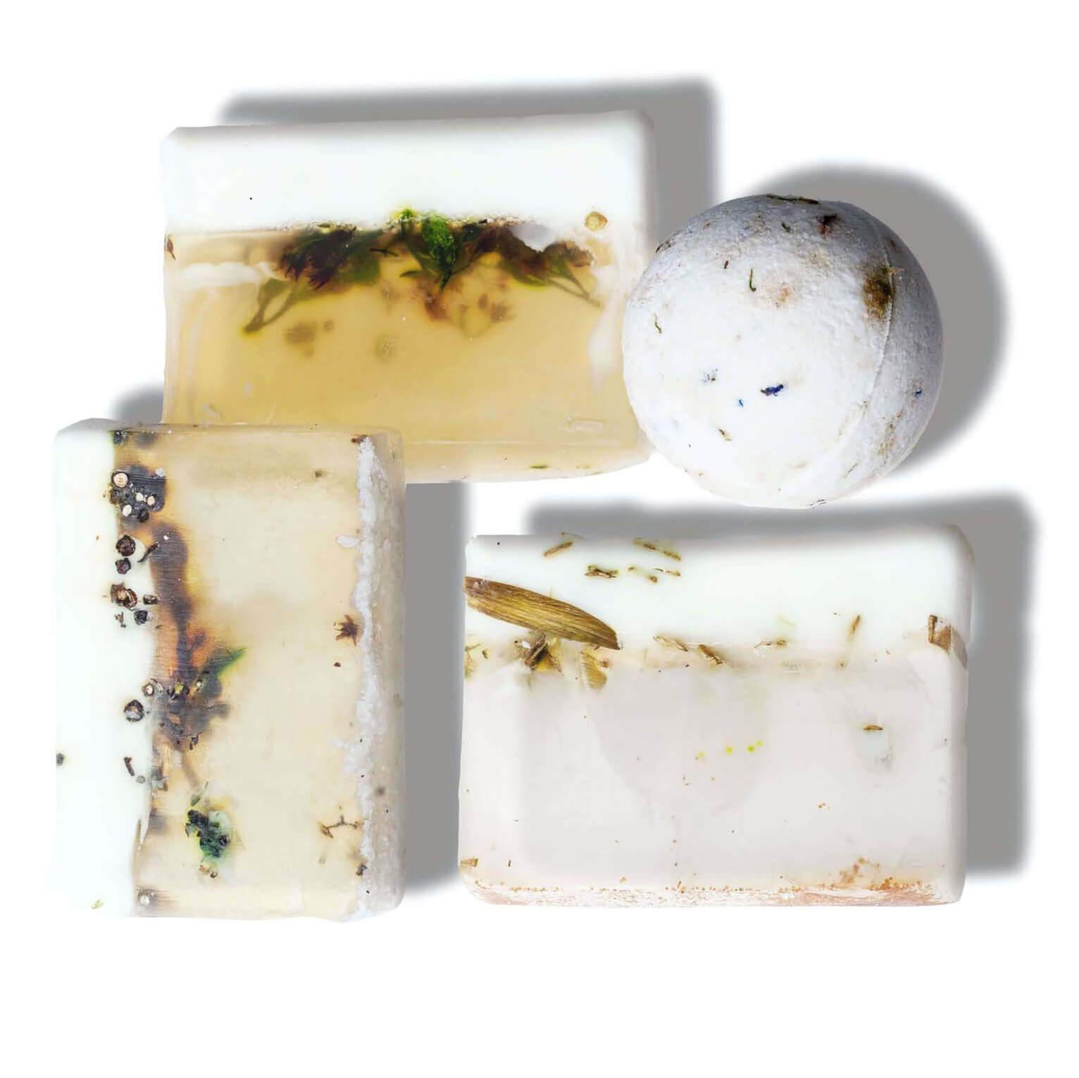 """Набор """"Свежесть"""" из трех кусков мыла и бомбы для ванны с ароматами: шалфей, розмарин, эвкалипт, лемонграсс. Запахи сета улучшают память и концентрацию, настраивают на работу и помогают полностью погрузиться в нее.  Начните день с любого из запахов - мыло просто идеально для умывания. А бомба для ванны с бодрящим запахом пригодится перед вечеринкой."""