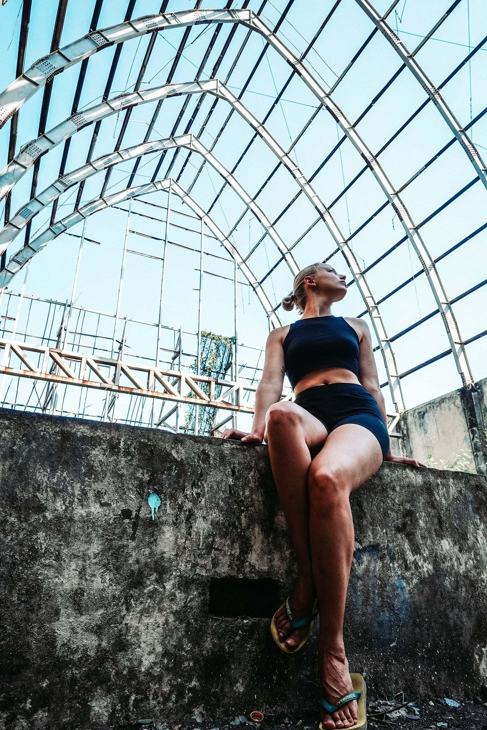 Foto van persoon zittend op een muurtje uit fotografie collectie mensen van Simon Wijers