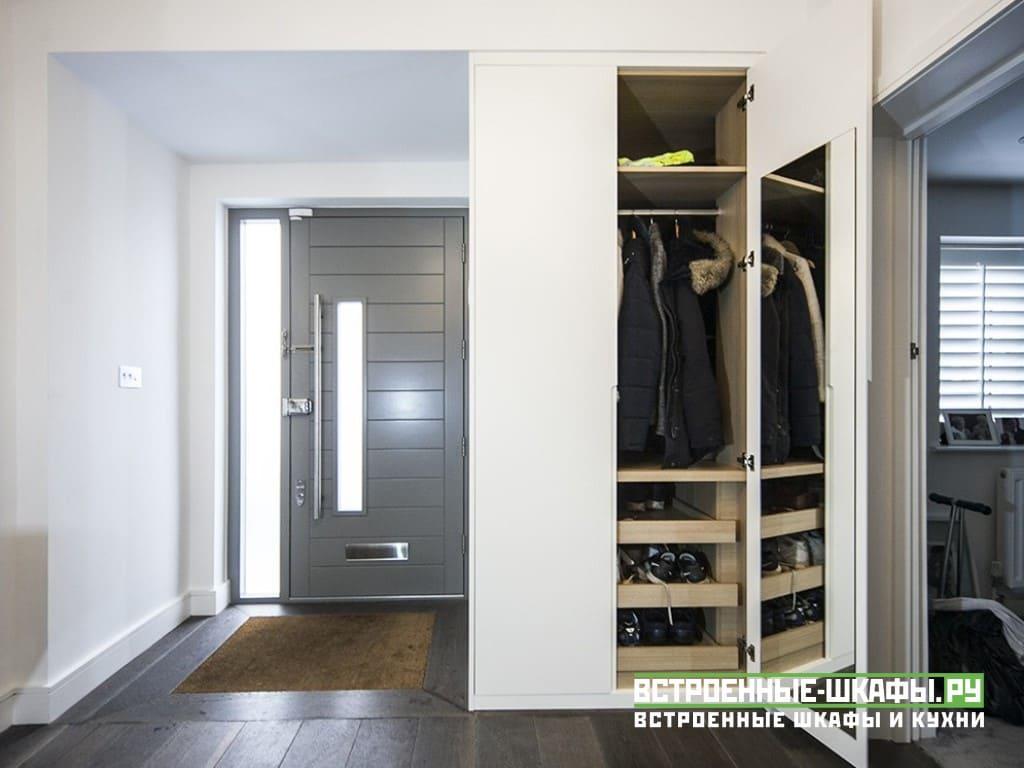 Встроенные шкафы на мансарде с интегрированными ручками