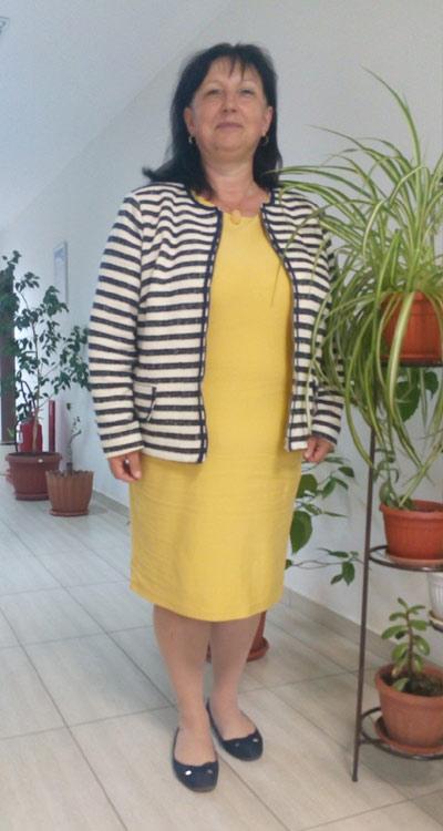 Жълта рокля от памучно трико и модерно дамско сако в райе от Efrea.