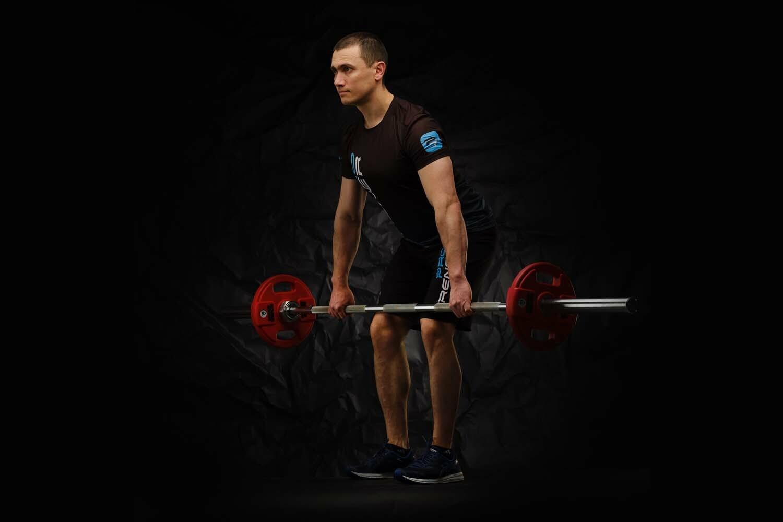 Тренер сети студий персональных тренировок - Павел Карпов показывает силовой тренинг тренинг