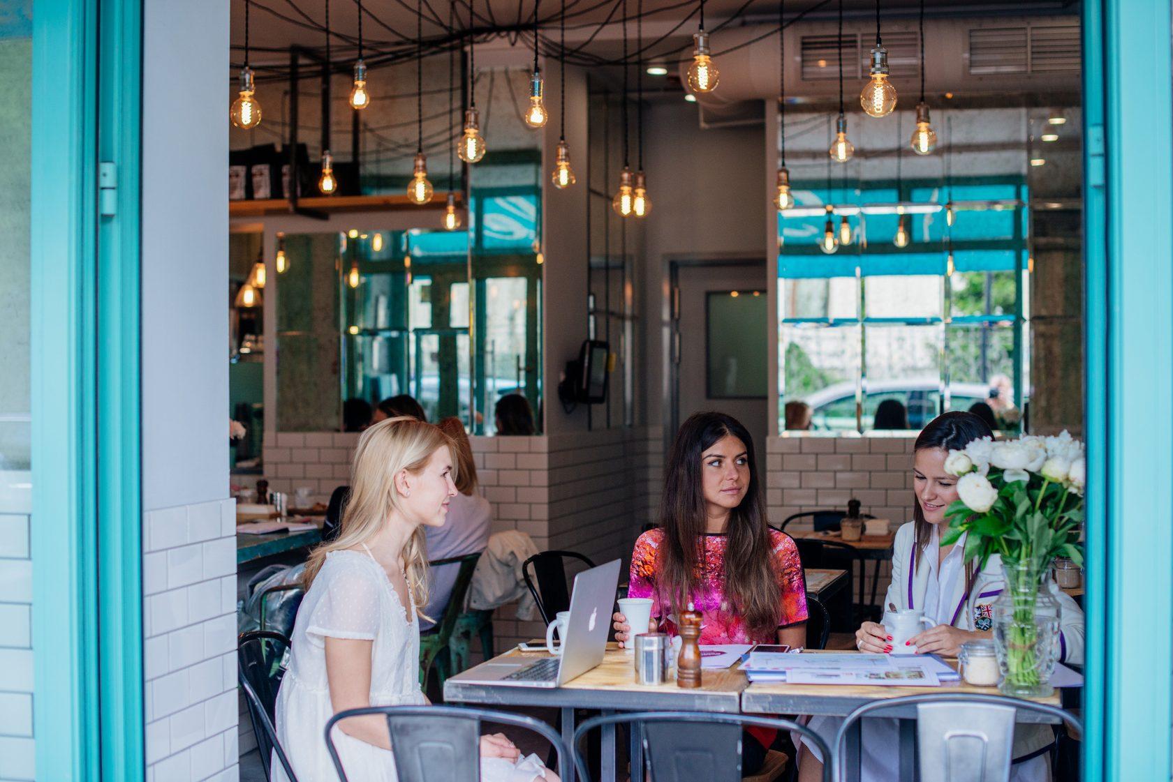 Встреча клиента и декоратора в кафе