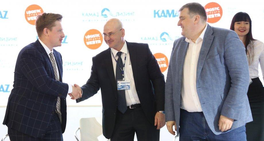Также логистический оператор и лизинговая компания подписали акт приема–передачи 20 автомобилей КамАЗ в рамках ранее заключенной сделки (фото: «КамАЗ»)