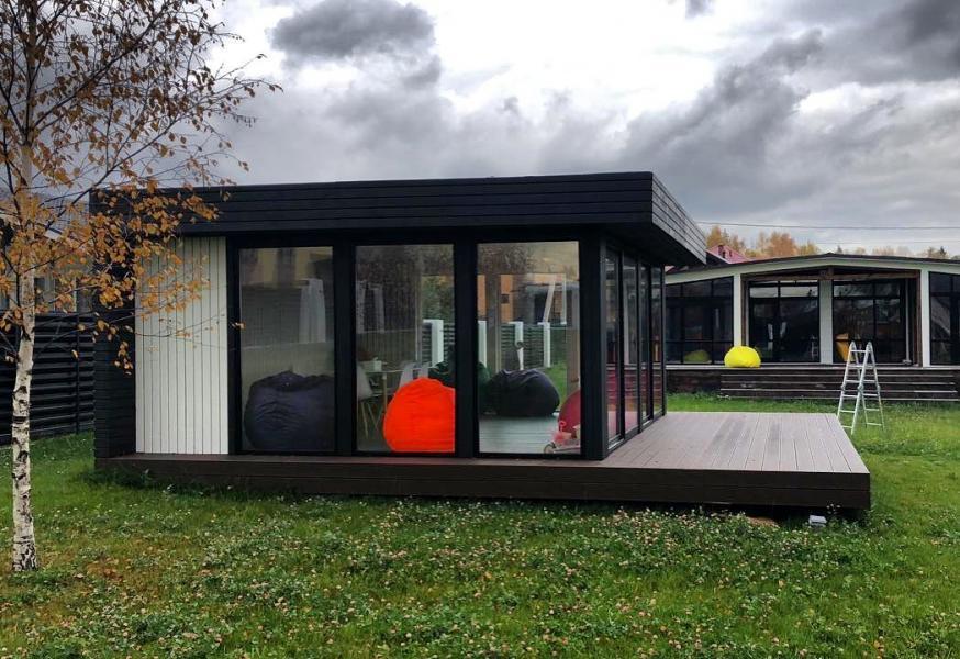 Садовый домик с панорамным остеклением