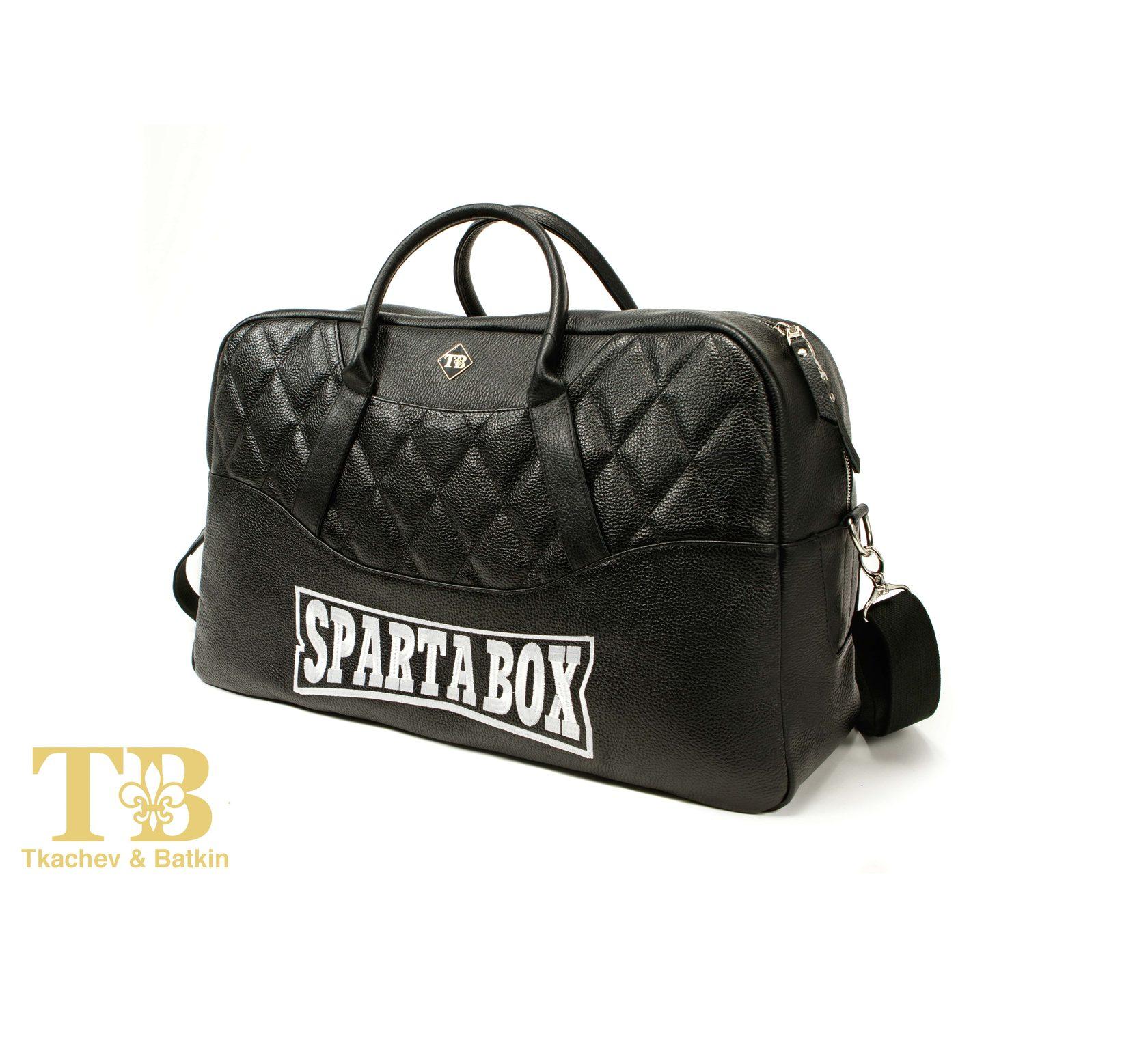 Черная кожаная спортивная сумка в авто фото