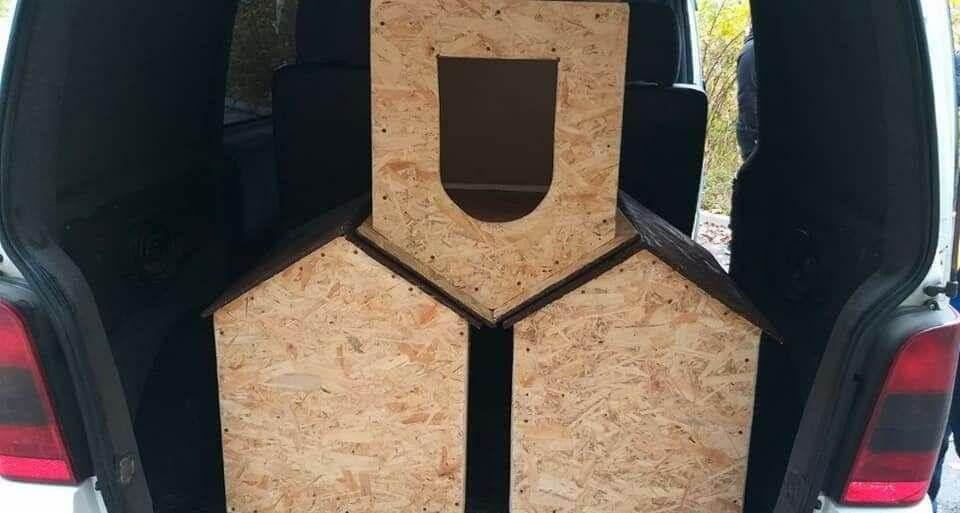 Активисты Партии Шария строят будки для собак - фото