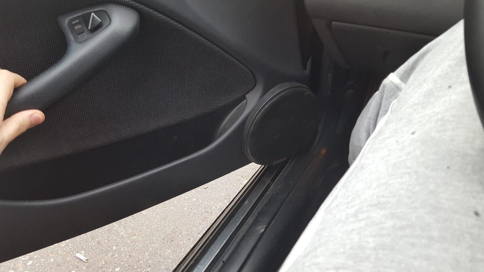 мидбас в дверях БМВ 3 е46
