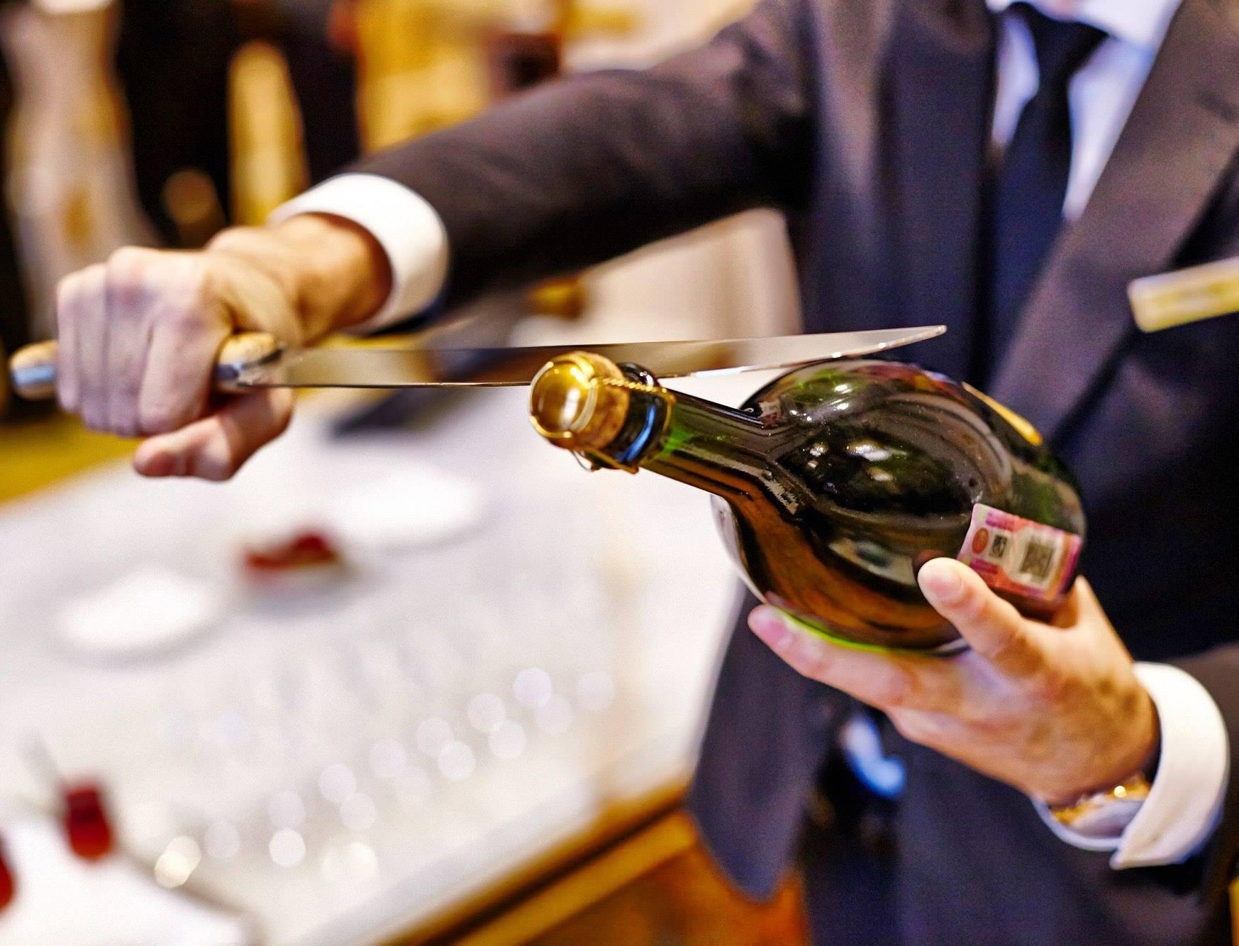 фото открывание шампанского принадлежит злокачественным