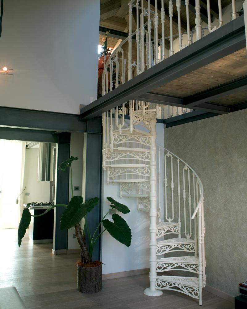белая чугунная лестница
