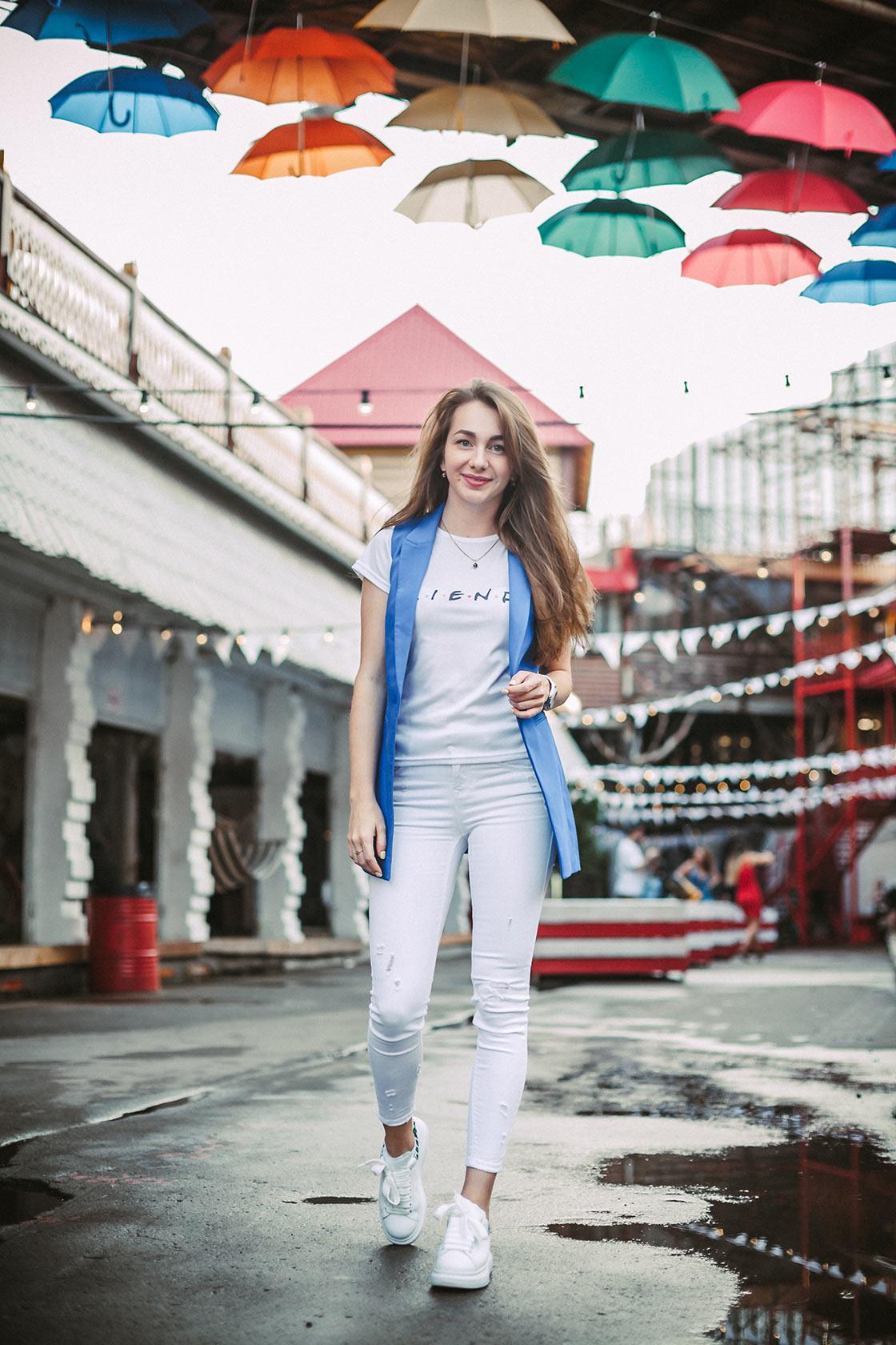 Веселая девушка с парящими зонтиками