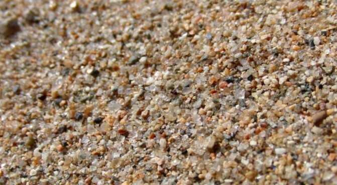 Речной песок крупной фракции позволяет значительно улучшить структуру любого грунта