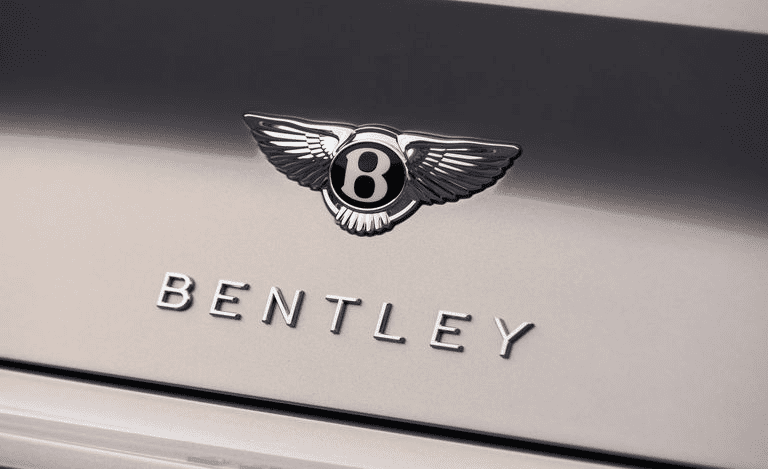 Кнопка открывания багажника расположена в заднем логотипе