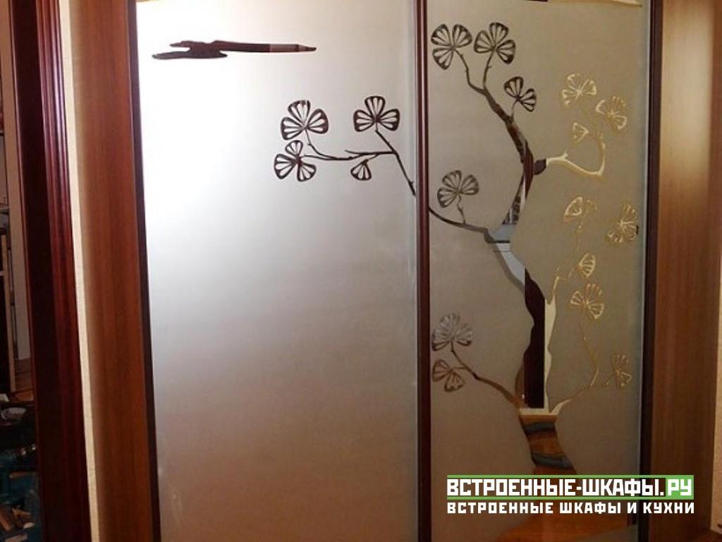Трапециевидный шкаф купе с пескоструйным рисунком на зеркале