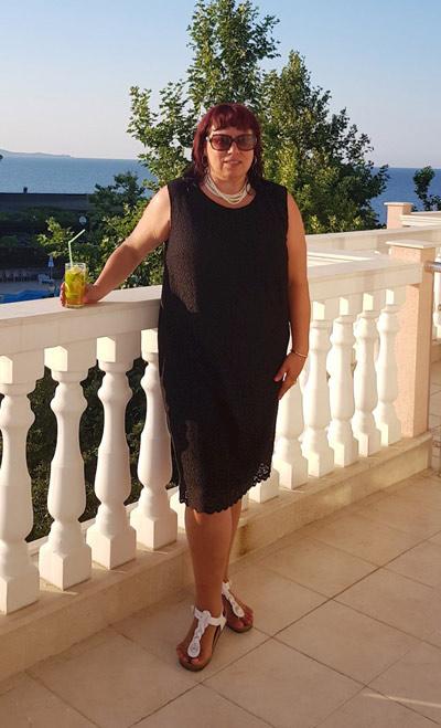 Официални черни рокли за едри и възрастни жени от Ефреа.