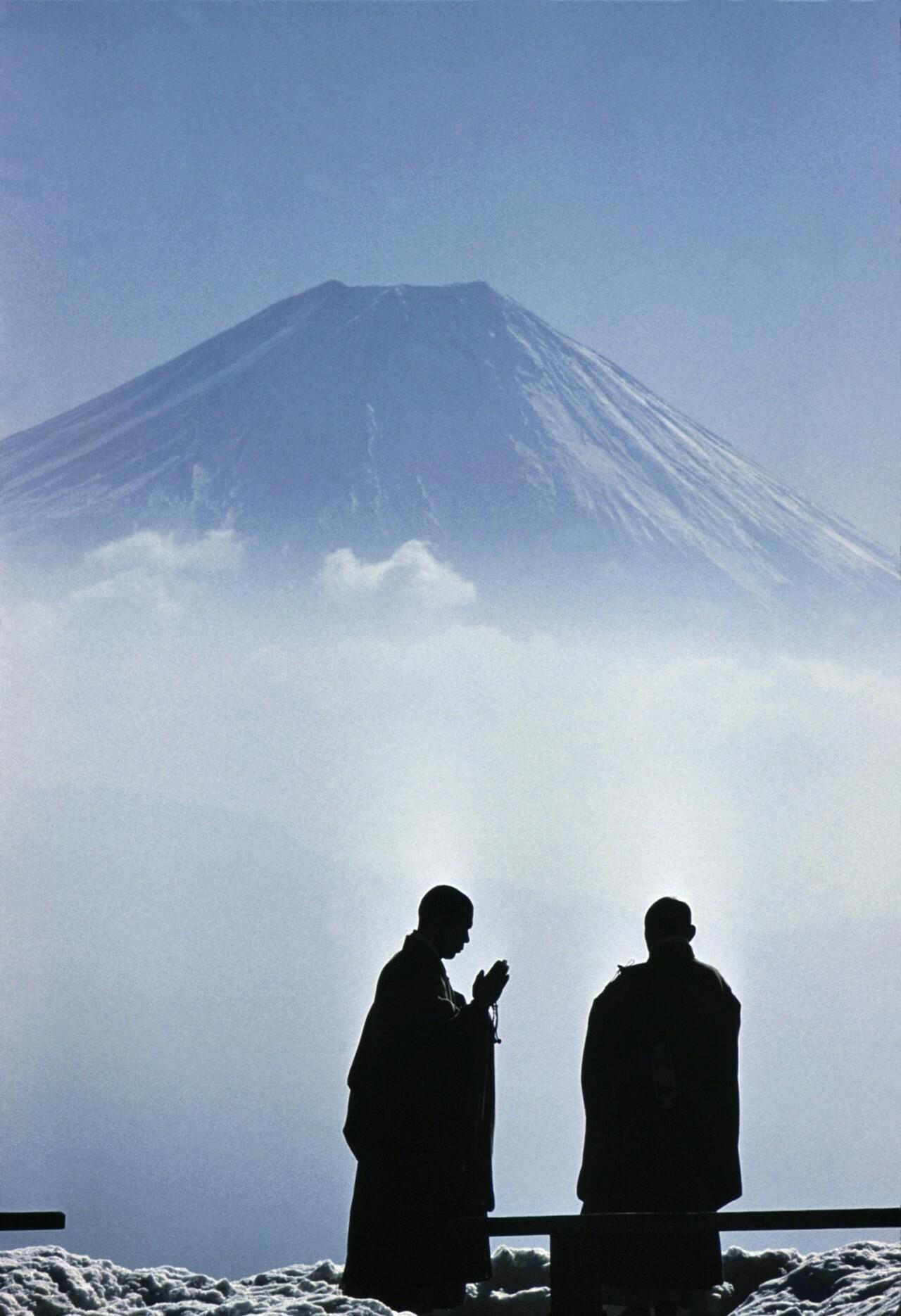 Монахи ранним утром созерцают гору Фудзи, Япония, 1961. Фотограф Берт Глинн