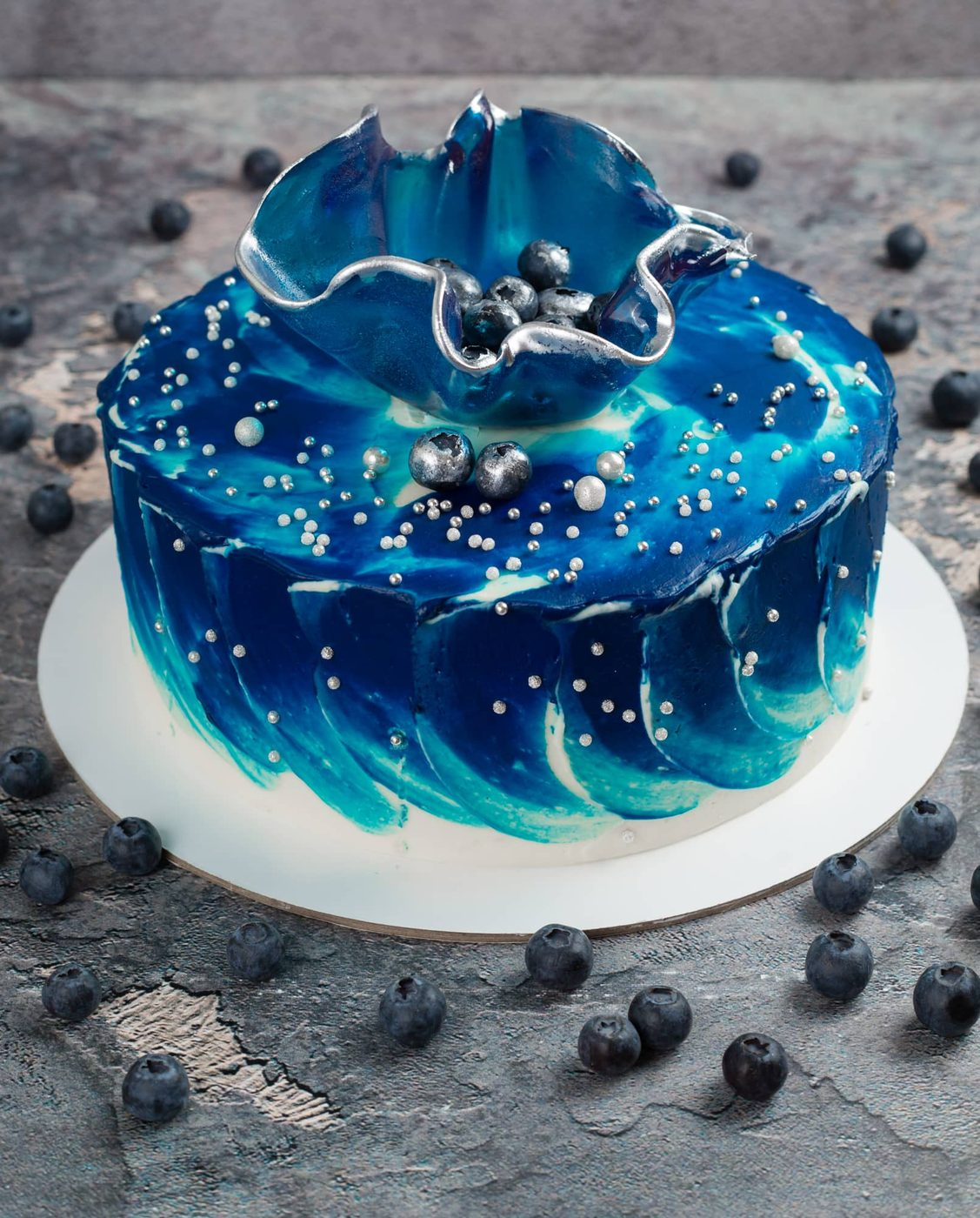 Голубой торт с вазой из изомальта
