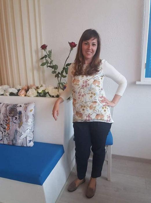 Модерна дамска туника от памук с прикачен шифон на цветя в предната част. Виж още модерни туники в онлайн магазин Efrea.