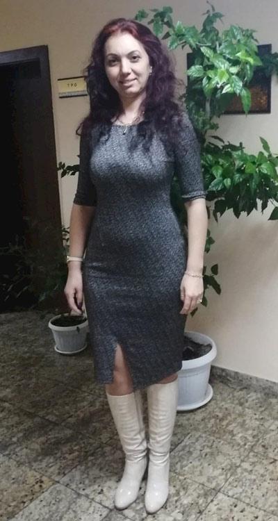 Дамска рокля от блестяща материя с цепка в предната част. Купи модерни рокли в размери до 4XL от Efrea.