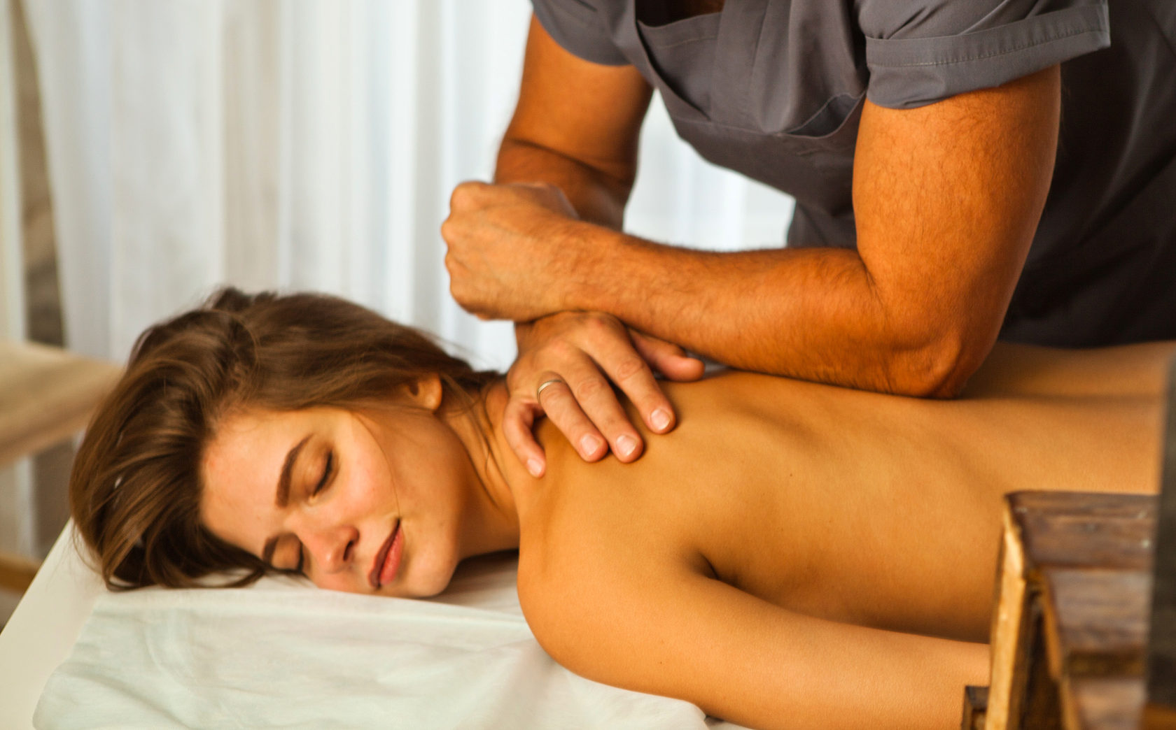 при каких массаж спины делает мужчина как его соблазнить материалы гей порно