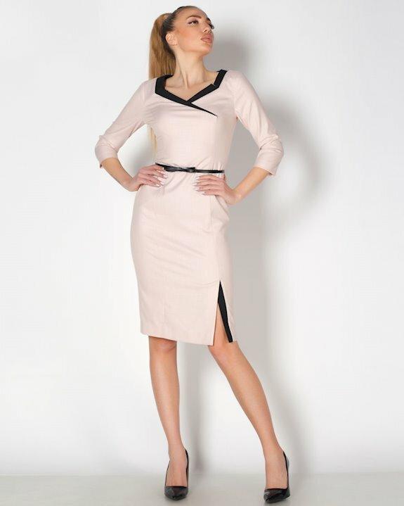 Стилна дамска рокля по тялото в цвят пудра с ефектни акценти в черно.