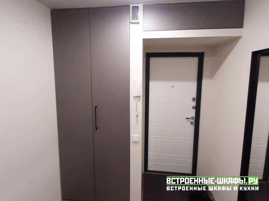 Встроенный шкаф гармошка и дверь для антресоли в коридоре