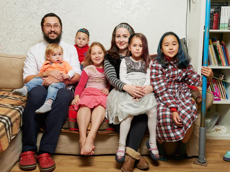 Михоэль с женой Ханой и их детьми. Фото Koldunova + Klyosov