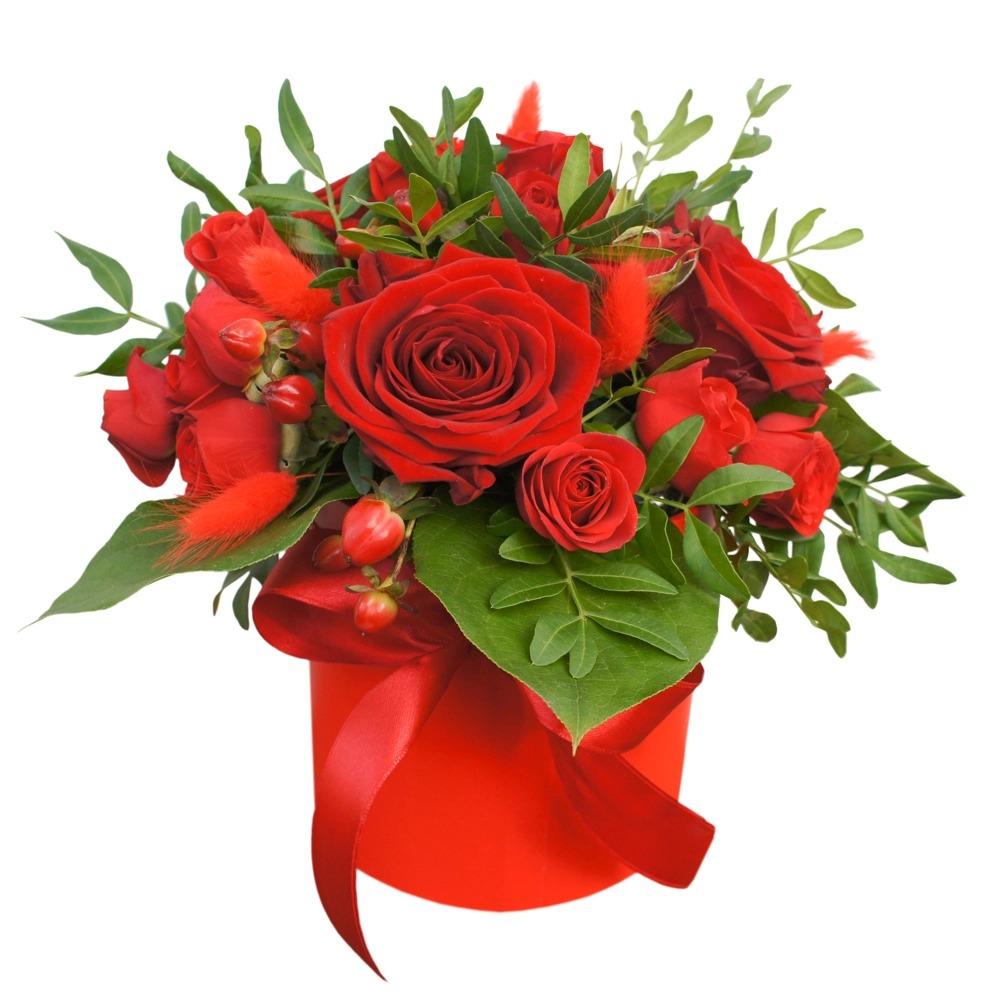 Букет красных цветов на белом фоне, роза дешево алматы
