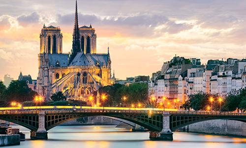 Вечерние огни Парижа отражаются в Сене