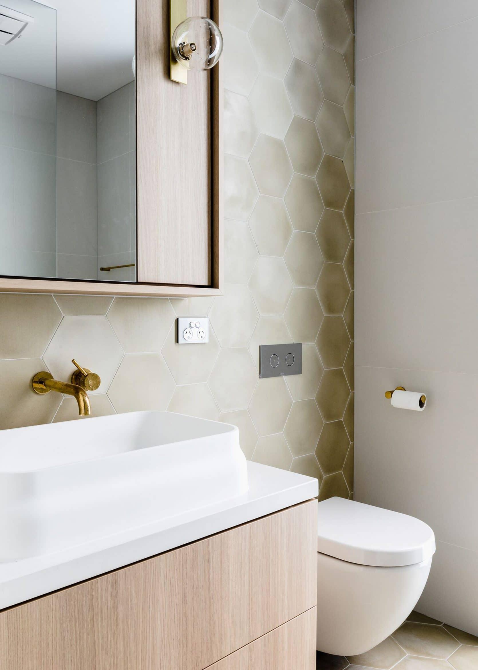 тренды в ванной, тренды в дизайне ванной 2020, тренды в ремонте ванной 2020, тренд на мрамор, керамогранит под мрамор, закругленное зеркало, подвесные раковины, никель в ванной