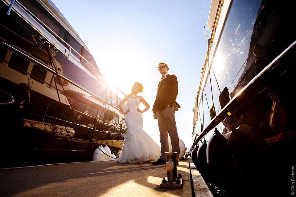 Жених и невеста среди яхт, фотосессия в яхт-клубе