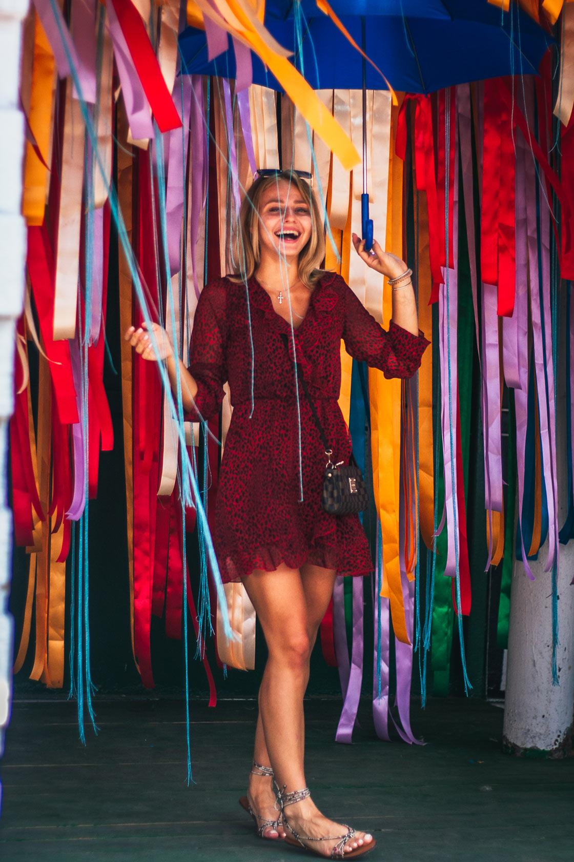 Смеющаяся девушка в цветных лентах