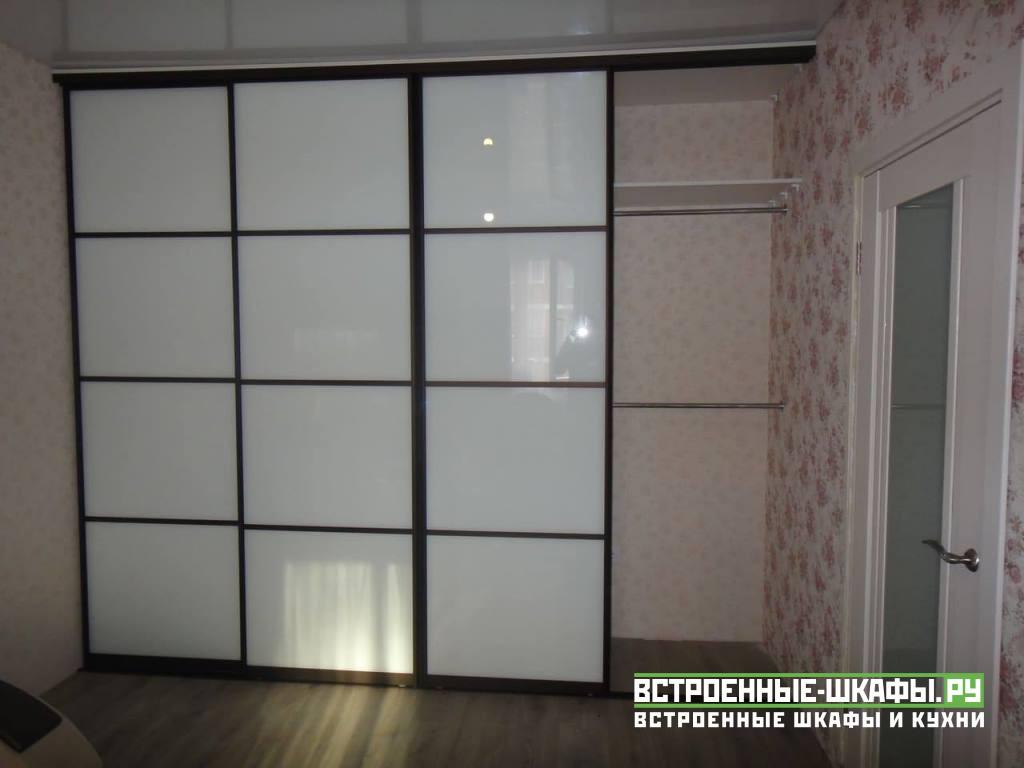 Встроенный шкаф купе с вставками из пластика