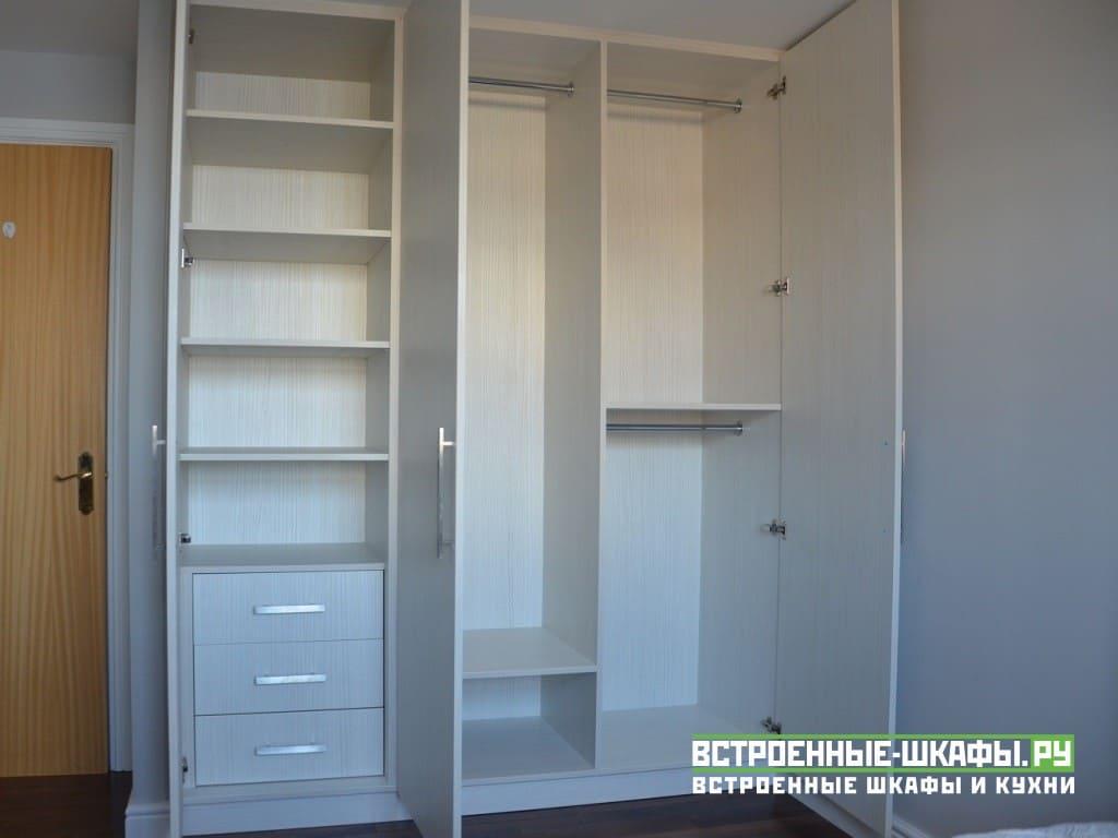 Встроенный в нише трехдверный распашной шкаф с ящиками
