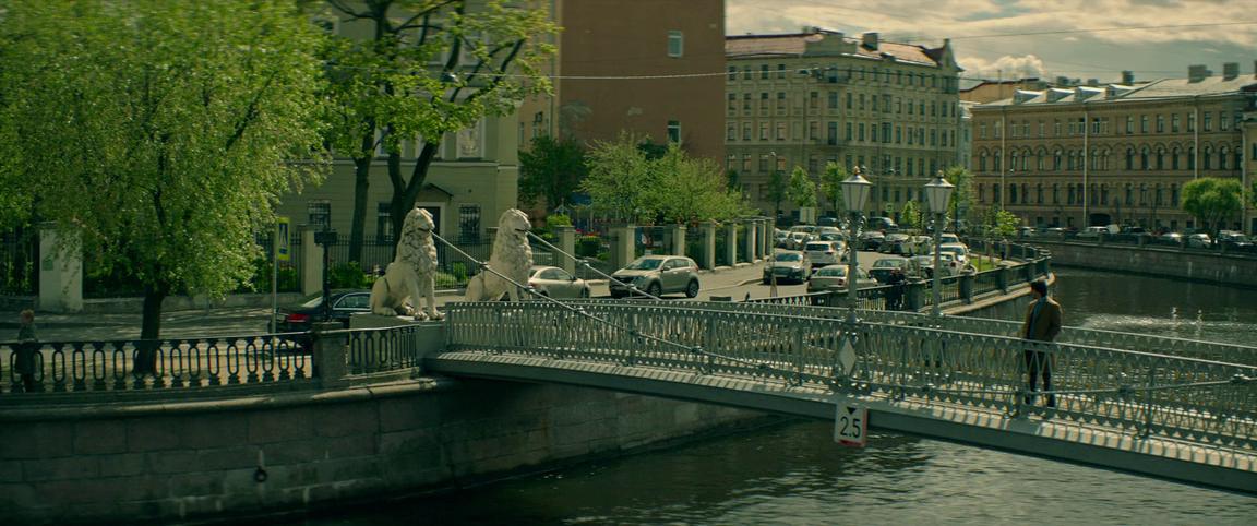 Ривзу назначили встречу на Львином мосту. Он ждёт приятеля, а заодно щеголяет исключительным внешним видом.