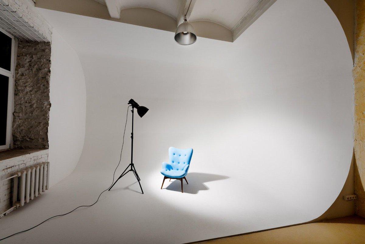 В кадре будет казаться, что кресло будто парит, а вовсе не стоит на горизонтальной поверхности