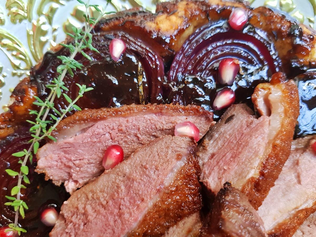 Жареная гусиная грудка с хрустящей корочкой, на пироге Тарт татен с карамельным луком.