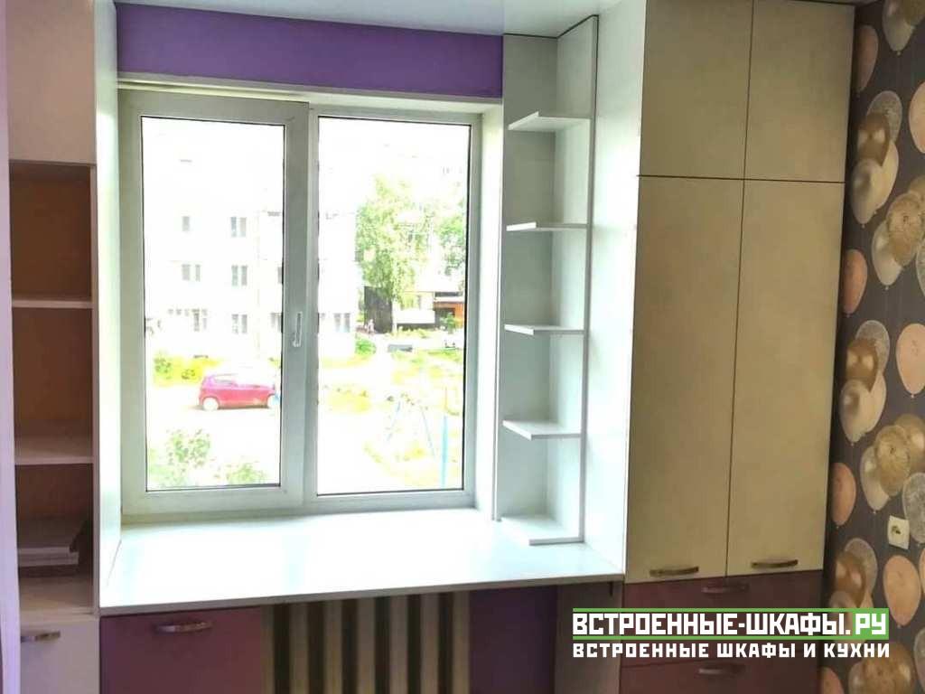 Шкафы по бокам окна с письменным столом в центре