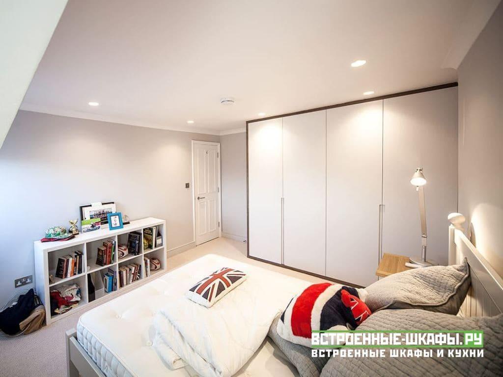 Распашной шкаф под потолок с интегрированными ручками