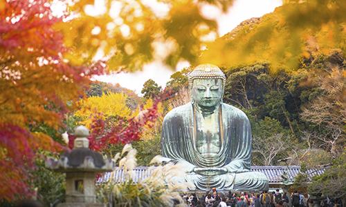 Знаменитая статуя Будды в Камакура осенью