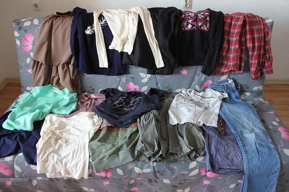 одежда на диване