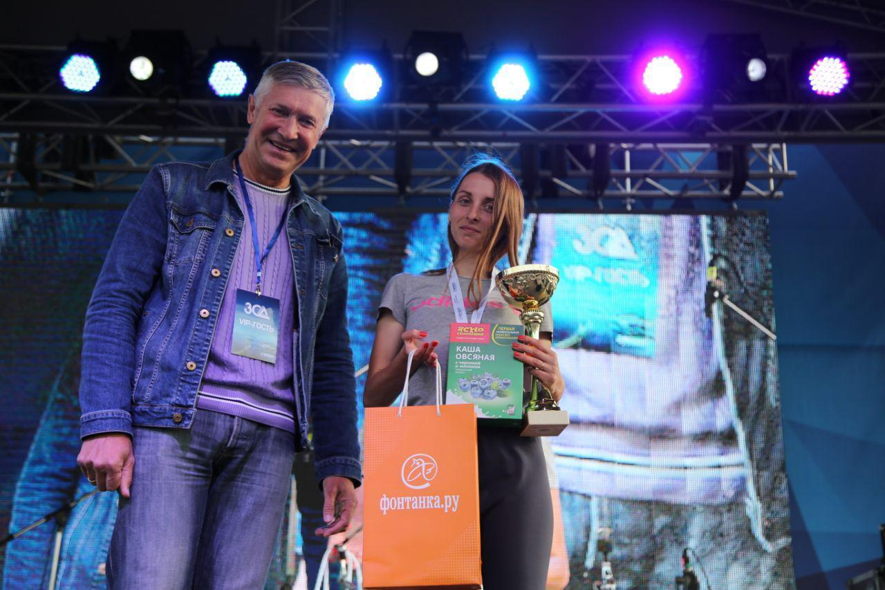 Награждение абсолютов в беге на 10,5 км на втором ЗСД Фестивале, на фото Алексахина Вероника
