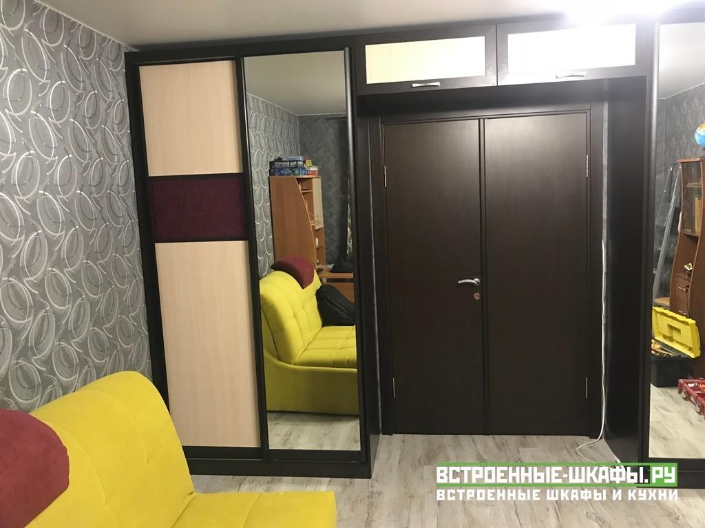 Встроенный шкаф купе вокруг дверного проема