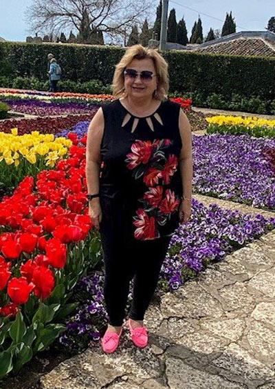 Черна туника с цветя, налична и в големи размери за едри дами.